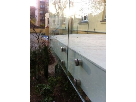 Balustrada samonośna bez poręczy mocowana punktowo za pomocą rotul ze stali nierdzewnej na szkle 6.6.4 VSG