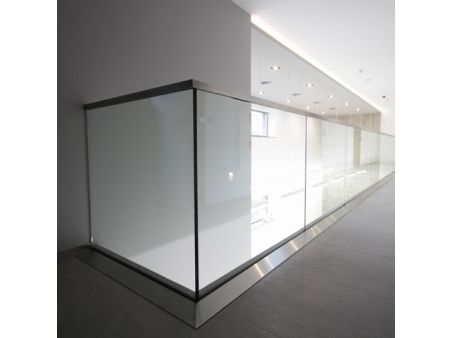 Balustrada w listwie aluminiowej mocowanej do stropu z poręczą na szkle 8.8.4 VSG