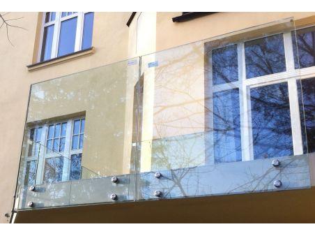 Balustrada na szkle 6.6.4 VSG bez poręczy mocowana punktowo za pomocą rotul ze stali nierdzewnej na szkle