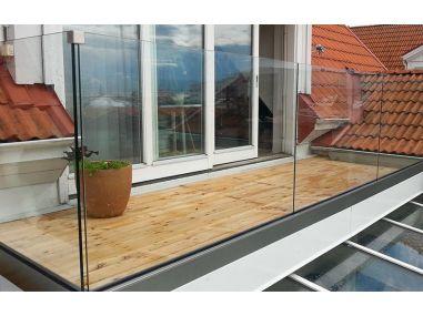 Balustrada w listwie aluminiowej mocowanej do stropu  bez  poręczy na szkle 8.8.4 VSG