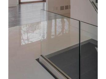 Szklana balustrada w listwie mocowanej do boku bez poręczy 8.8.4 VSG
