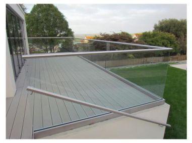 Balustrada w listwie aluminiowej mocowanej do stropu z poręczą nakładaną na szkło 8.8.4 VSG