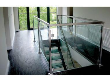 Balustrada na słupkach kwadratowych mocowanych do stropu z wypełnieniem szklanym