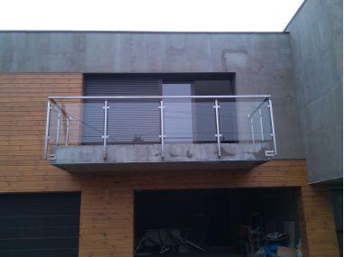 Balustrada na słupkach kwadratowych mocowanych do boku z wypełnieniem szklanym