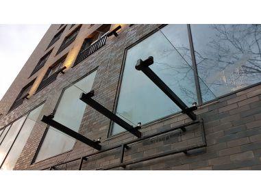 Daszek szklany na belkach konstrukcyjnych